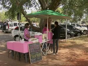 Tenda onde fica a vendedora de marmitas Abadia Antunes, na UnB (Foto: TV Globo/Reprodução)