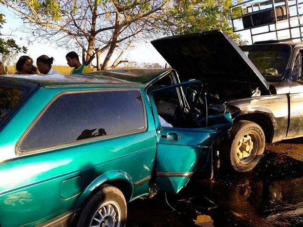 Veículos colidiram frontalmente na BA-026 (Foto: Voz da Bahia/ Marcus Augusto)