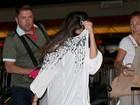 Selena Gomez esconde o rosto em aeroporto de Los Angeles