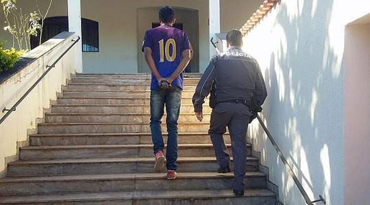 Jovem detido pela PM de São Paulo. Segundo a Folha, policial publicou imagem em seu Facebook (Foto: reprodução/Facebook/Folha de S. Paulo)