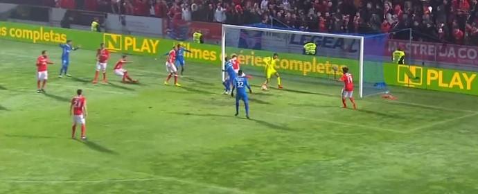 Ederson defende com os pés jogada durante Benfica x Feirense (Foto: Reprodução / O JOGO)