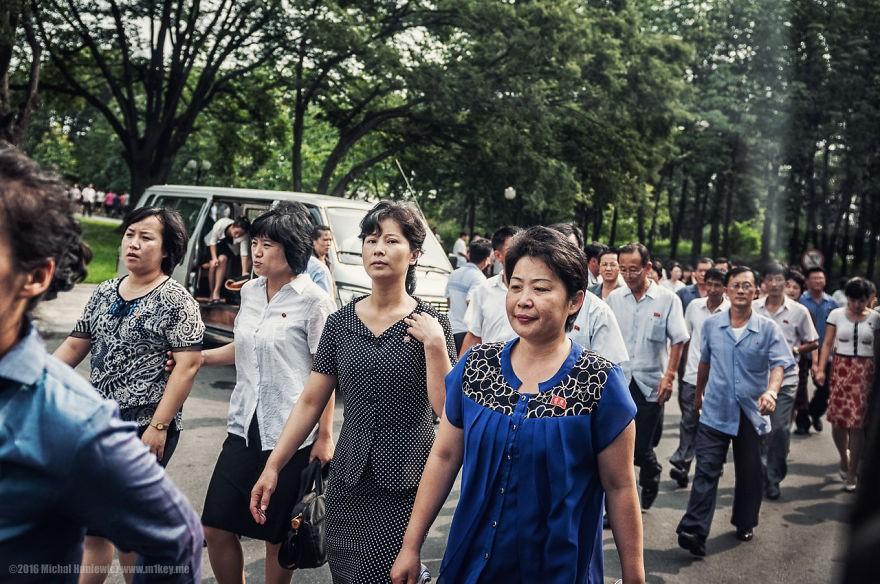 Poucas pessoas são autorizadas a morar em Pyongyang. Para comprovar que foram autorizadas, precisam ostentar um broche em suas vestimentas (Foto: Michal Huniewicz)