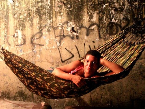 Jocivane Trindade armou uma rede em um ponto de ônibus (Foto: Marcos Dantas/G1 AM)