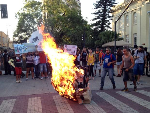 Manifestantes colocam fogo em catraca dorante protesto no Centro de Belo Horizonte (Foto: Pedro Ângelo / G1)
