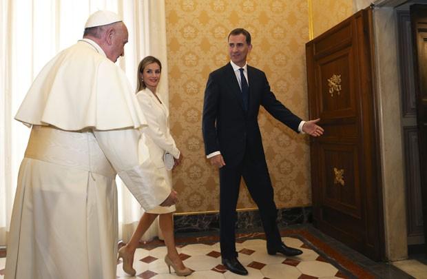 O Papa Francisco recebe o rei Relipe VI e a rainha Letizia da Espanha nesta segunda-feira (30) no Vaticano (Foto: Alessandro Bianchi/Reuters)