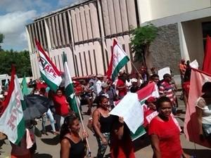 Pessoas saíram em caminhada pelas principais ruas de Floresta (Foto: Marcílio Novaes/Blog O povo com a notícia)