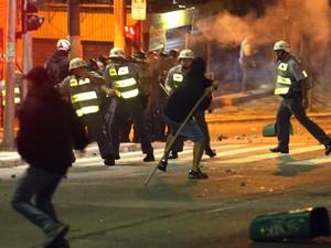 Manifestante ataca policiais em confronto na Consolação. (Foto:  José Patrício/Estadão Conteúdo)