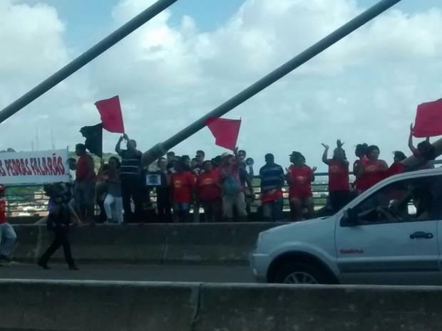 Manifestantes na ponte Aracaju/Barra dos Coqueiros (Foto: Cleverton Macedo/TV Sergipe)