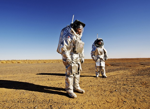 Pesquisadores testam a roupa espacial Aouda.X (Foto: Katja Zanella-Kux/Reuters)