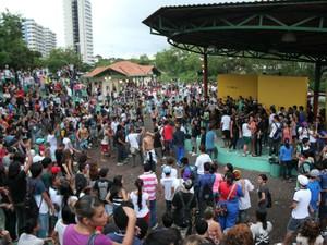Jovens tomaram conta do Parque dos Bilhares na tarde desta quarta (6), em homenagem a Chorão (Foto: Tiago Melo/ G1 AM)