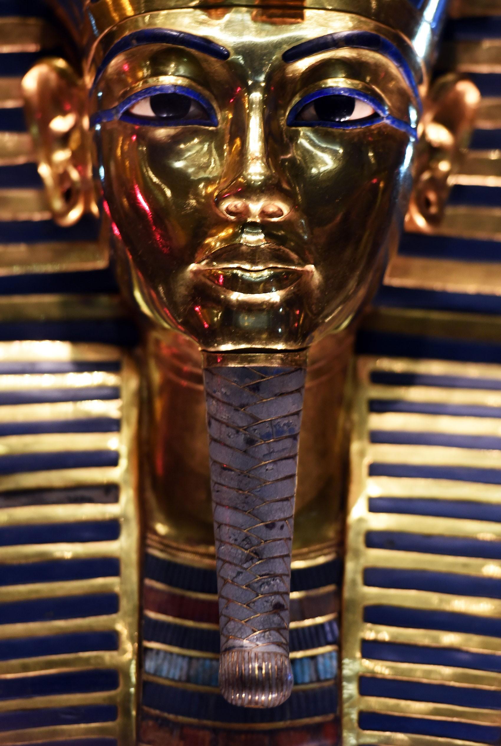 Máscara de Tutancâmon é exibida no Museu Egípcio do Cairo pela primeira vez após o fim de sua restauração, na quarta (16) (Foto: AFP Photo/Mohamed El-Shahed)