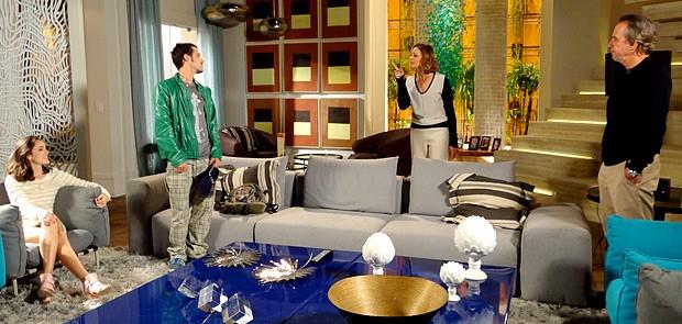 Sarmento e Sônia não gostam nada da visitinha que Cida recebe (Foto: Cheias de Charme / TV Globo)