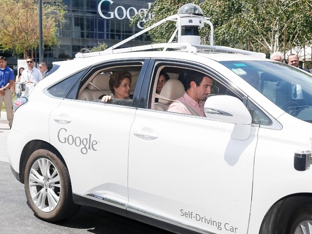 A presidente Dilma Rousseff andou no Driverless Car (carro sem motorista), desenvolvido pelo Google (Foto: Roberto Stuckert Filho/PR)