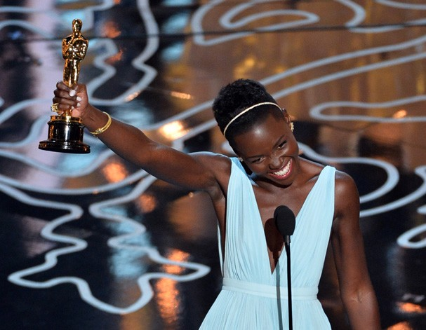 HOLLYWOOD, CA - MARCH 02:  Actress Lupita Nyong'o accepts the Best Performance by an Actress in a Supporting Role award for '12 Years a Slave' onstage during the Oscars at the Dolby Theatre on March 2, 2014 in Hollywood, California.  (Photo by Kevin Winte (Foto: Getty Images)