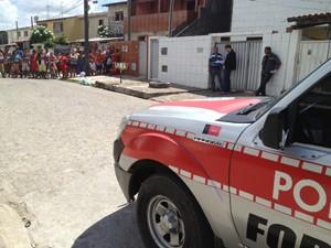 Homem foi assassinado próximo a uma feira do bairro do Grotão, em João Pessoa  (Foto: Walter Paparazzo/G1)