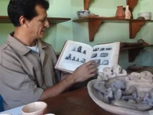 Levy folheia o livro encontrado pelo avô, que inspirou três gerações da família (Foto: Luana Laboissiere / G1)