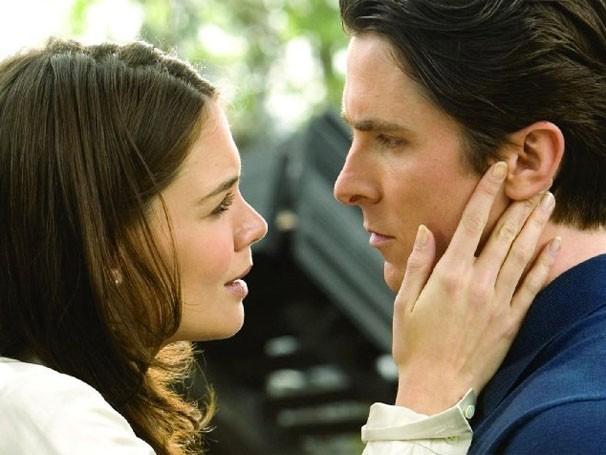 """Katie Holmes ao lado do ator Christian Bale em """"Batman Begins"""" (Foto: Divulgação / Reprodução)"""