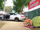 Modelo acampa na porta do Lollapalooza com carro de R$ 300 mil