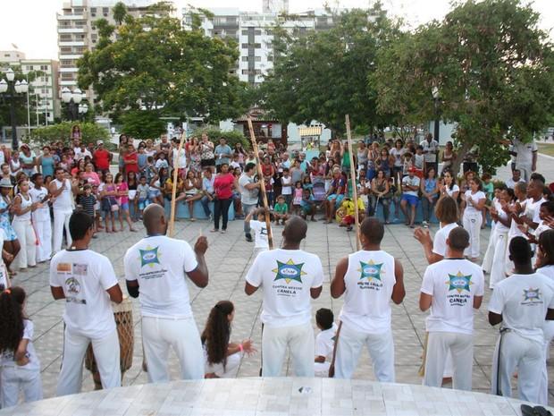 Grupo de capoeira no ´Araru Ama Verão´, em Araruama, RJ (Foto: Divulgação)