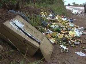 Medicamentos foram despejados em rodovia de Macapá (Foto: Reprodução/TV Amapá)