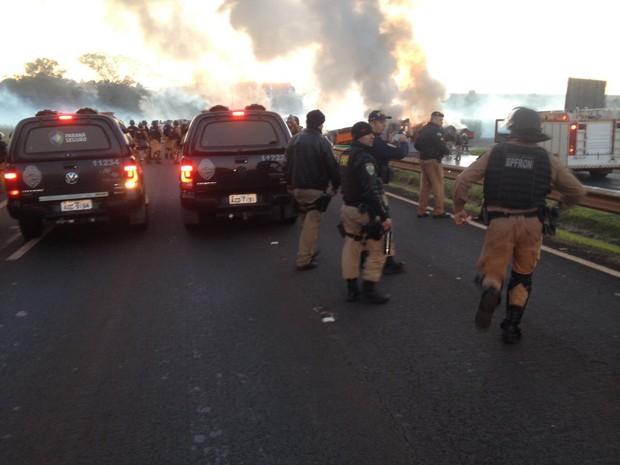 Integrantes do MST e policiais militares entraram em confronto na manhã desta quarta (18) durante reintegração de posse em Santa Terezinha de Itaipu (Foto: Maycon Hoffmann / RPC)