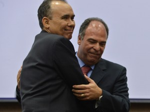 O ministro interino da Integração Nacional, Francisco Teixeira cumprimenta o ex-titular Fernando Bezerra (Foto: Valter Campanato/ABr)