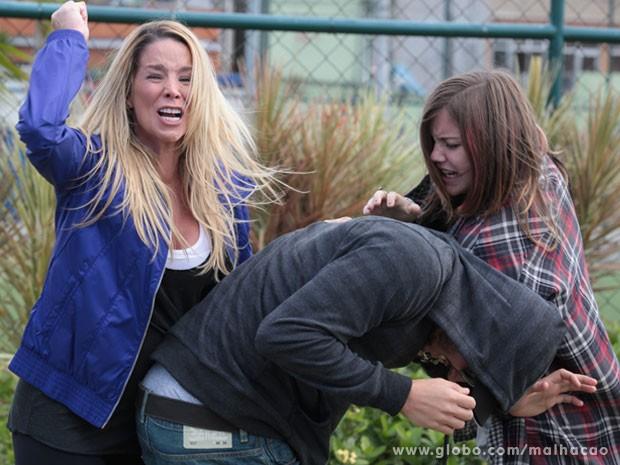 Desesperada, Marcela tenta salvar Lia dos braços de Sal (Foto: Malhação / Tv Globo)