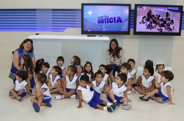 A apresentadora Helina Gonçalves com as crianças nos estúdios da TV Gazeta  (Foto: Divulgação/ Serivaldo Júnior)