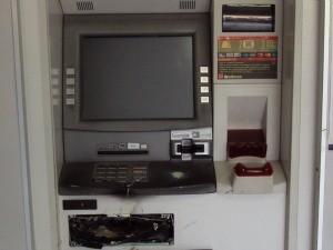 Explosão danificou o caixa eletrônico, mas foi insuficiente para arrombá-lo (Foto: Richard Lopes/TV Diário)