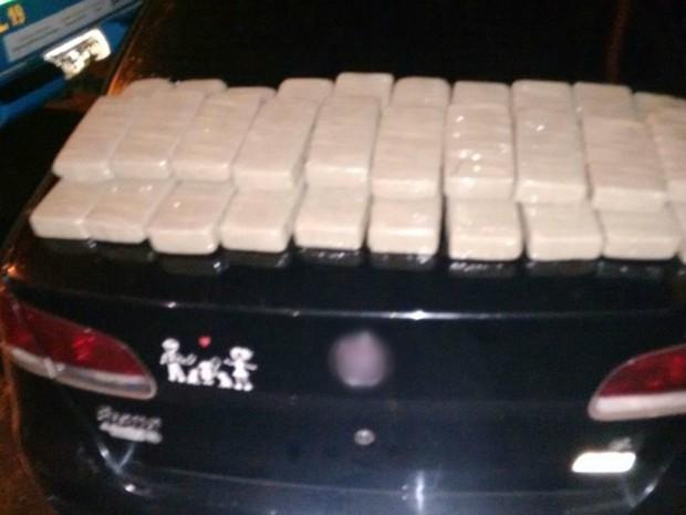 Tabletes de cocaína estavam no banco traseiro do carro dos suspeitos (Foto: Divulgação/ PMA)