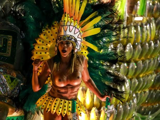 Musa de topless desfila em carro da Mocidade (Foto: Rodrigo Gorosito/G1)
