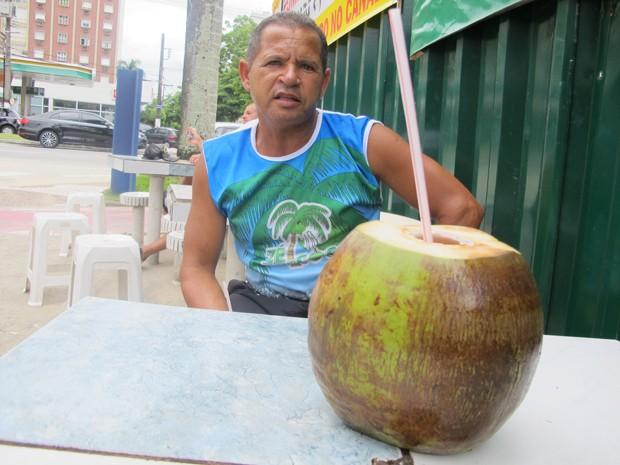 Zé do Coco vende 3.500 cocos por dia no verão (Foto: Anna Gabriela Ribeiro/G1)