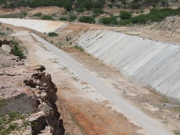Canal que deveria levar água até agosto de 2017 para jati, no ceará, não foi concluído (foto: taisa alencar / g1)