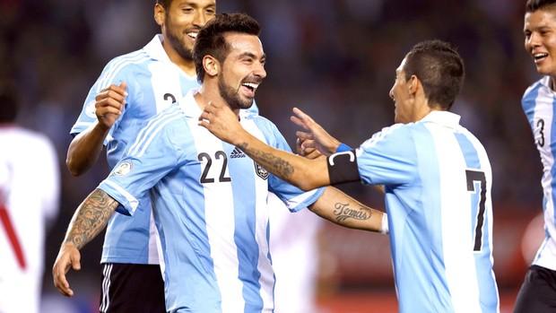 Lavezzi comemora gol da Argentina contra o Peru (Foto: Agência AP)