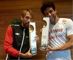 Marcelo Melo e Lukasz Kubot mordem o troféu do ATP de Viena (Foto: Reprodução Instagram)