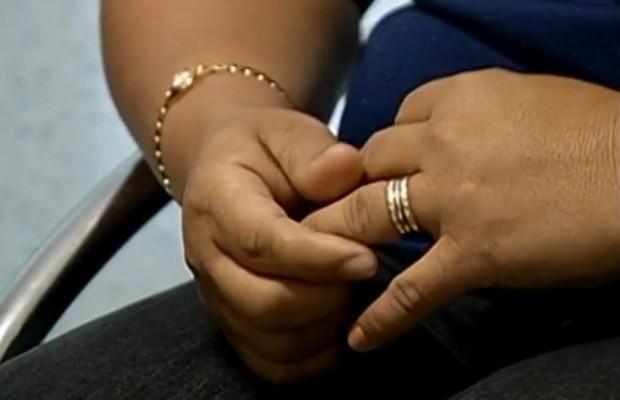 Mãe de menina que teve fotos íntimas divulgadas, em Rio Verde, Goiás (Foto: Reprodução/ TV Anhanguera)