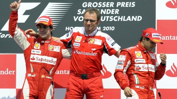 Chefe da Ferrari com Alonso e Massa no pódio da Alemanha em 2010: situação constrangegora (Foto: AFP)