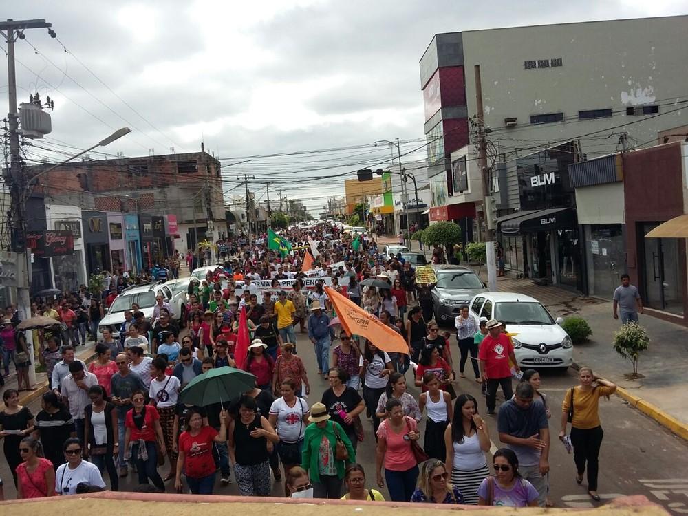 Professores e alunos fizeram passeata em Rondonópolis (Foto: Sintep-MT/Divulgação)