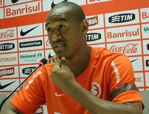 Fabricio lateral-esquerdo Inter (Foto: Tomás Hammes / GLOBOESPORTE.COM)