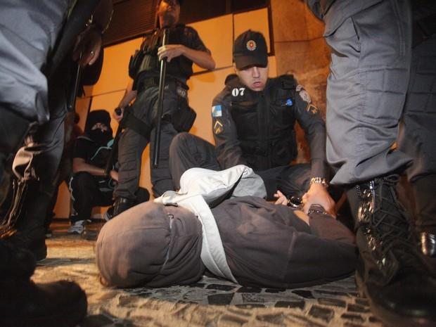 Jovem é detido durante protesto no Centro do Rio (Foto: Fernando Souza/Agência O Dia/Estadão Conteúdo)