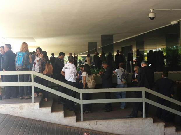 Por veto, servidores tentam entrar no Congresso para acompanhar sessão, mas dizem serem barrados (Foto: Sindjus/Divulgação)