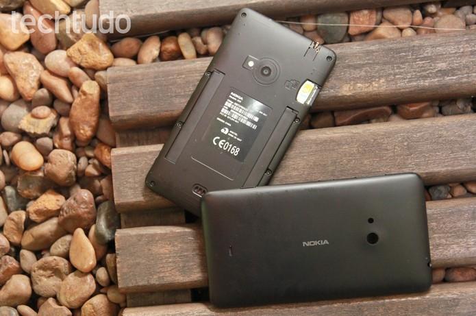O Lumia 625 tem tampa removível, mas bateria não (Foto: Luciana Maline/TechTudo)