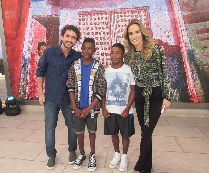 Os apresentadores posam com o Lucas e um convidado do programa  (Foto: Paula Santos/Gshow)