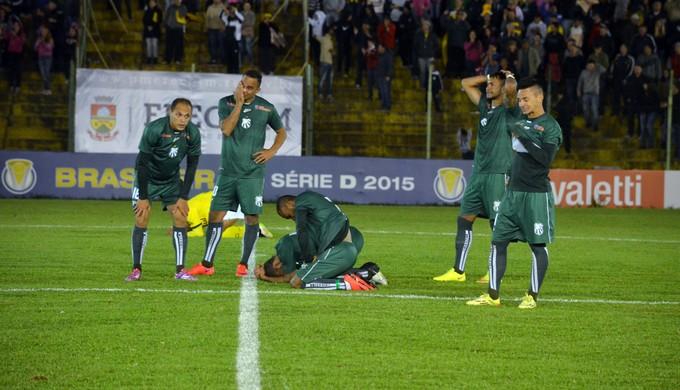 Jogadores da Caldense saem abatidos de campo após derrota para o Ypiranga-RS (Foto: Régis Melo)