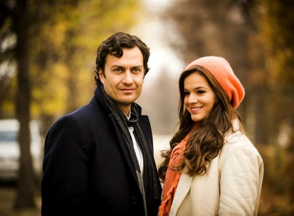Laerte (Gabriel Braga Nunes) e Luiza ( Bruna Marquezine), em gravação para a trama na Áustria (Foto: Rede Globo/João Miguel Júnior)