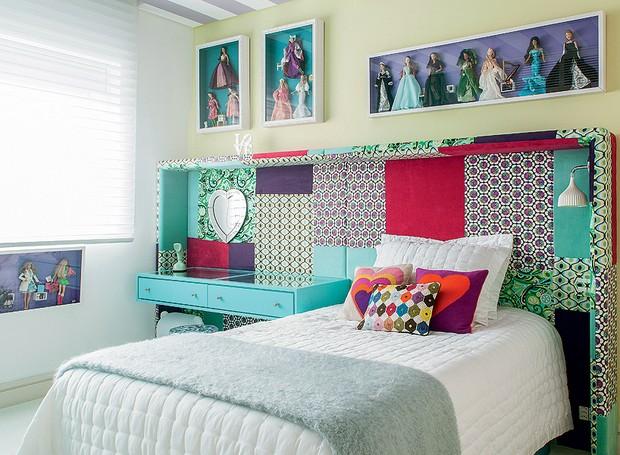 """Simone Marques, com a ajuda de Andrea Murao (ambas arquitetas), propôs algo novo para este quarto: uma cabeceira estofada, com laterais em forma de caixa, na qual ficam a cama e a penteadeira. """"Concentrei as duas peças numa mesma moldura"""", explica ela (Foto: Victor Affaro)"""