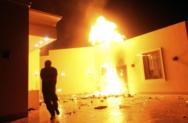Chamas tomam conta do consulado americano em Benghazi (Foto: Esam Al-Fetori/Reuters)