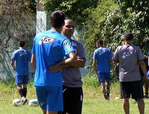 Edson Souza conversa com jogadores no Estádio do Trabalhador (Foto: Reprodução/TV Rio Sul)
