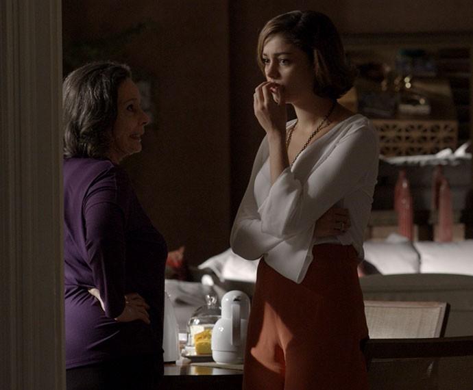 Tia Celina abre o bico e deixa Alice chocada! (Foto: TV Globo)