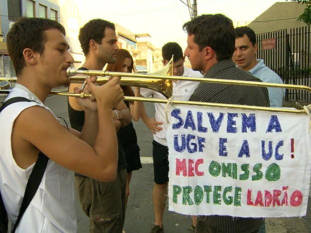 Alunos da Gama Filho protestam contra a situação da universidade/GNews (Foto: Reprodução GloboNews)